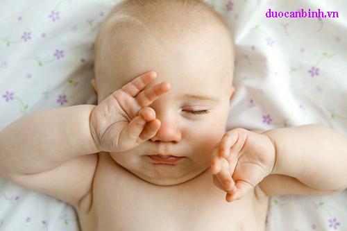 Dụi mắt nhiều có thể gây ảnh hưởng đến thị lực của bé