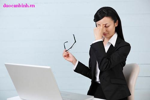 Làm việc nhiều trước máy tính gây khô mắt và ngứa mắt