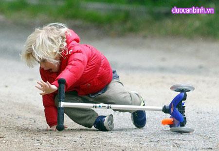 Cách xử lý khi trẻ bị ngã